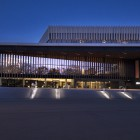 Nachtansicht des Neuen Musiktheaters in Linz