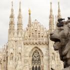 Löwenskulptur und Dom in Mailand