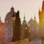 Karlsbrücke in Prag im Sonnenlicht